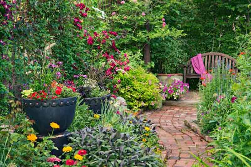 Sentier courbée dans un jardin, donnant un air de mystère à l'ensemble.