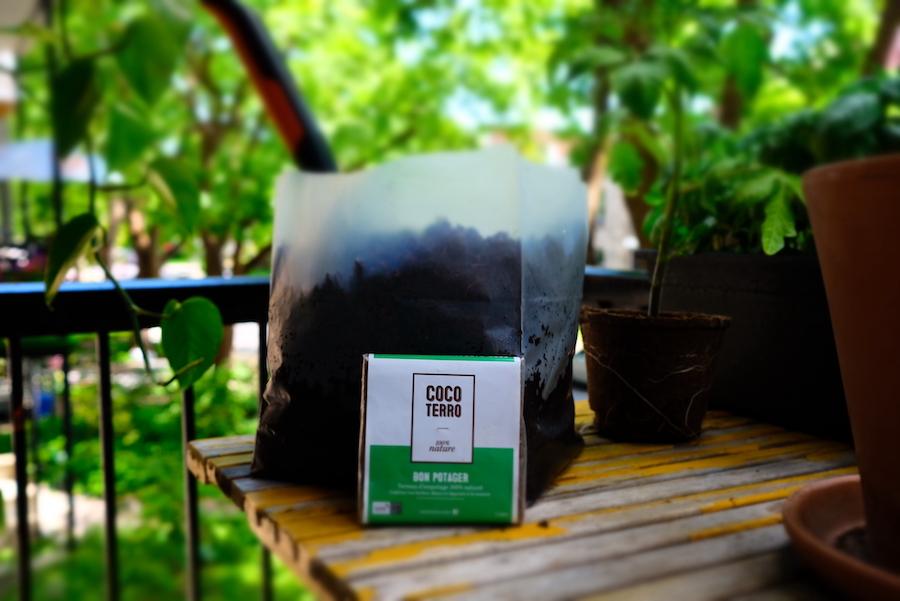 Paquet de terreau Coco Terro devant un sac de terreau ayant pris son expansion.