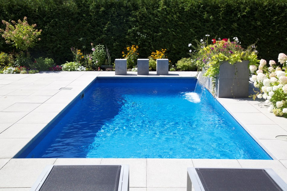 Aménagement avec piscine.