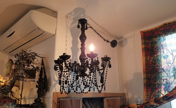 Lampe à suspendre en étain sertie de cabochons et de perles en résine teintée, INDE - Prix de vente : 180€.
