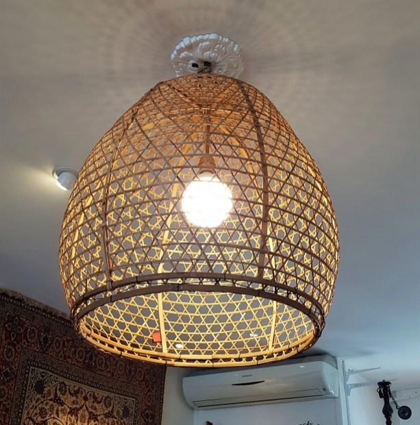 Cage à poule en bambou tressé suspendue en lustre, fond prévu à cet effet, INDONESIE – Prix de vente : 180€.