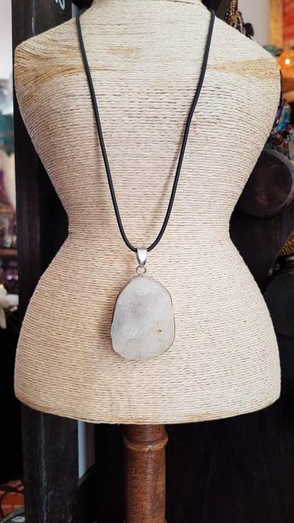Collier en cristal de roche, cordon réglable en cuir, MADAGASCAR - Prix de vente : 30€.