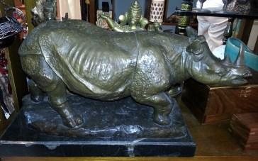 Rhinocéros en bronze sur socle en marbre noir (reproduction de Gandhi), CHINE - Prix de vente : 890€.