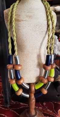 Collier en perle de bois teintée, lien en cordage, INDONÉSIE - Prix de vente : 40€.