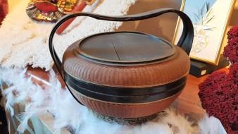 Boîte en bois laqué avec anse, INDE - Prix de vente : 70€.