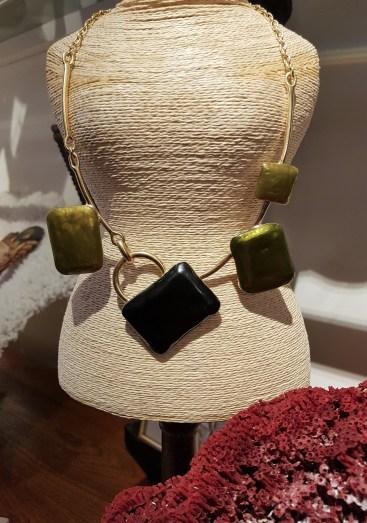 Collier en métal doré serti d'émail, INDE - Prix de vente : 50€.