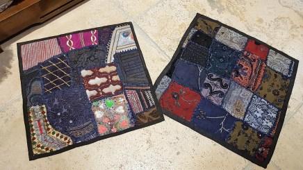 """Housse de coussin """"Patchwork"""" fabriquée à partir de vieux tissus sertis de perles et de strass, fermeture éclair, INDE - Dimension : 41 cm x 41 cm - Prix de vente : 27€."""