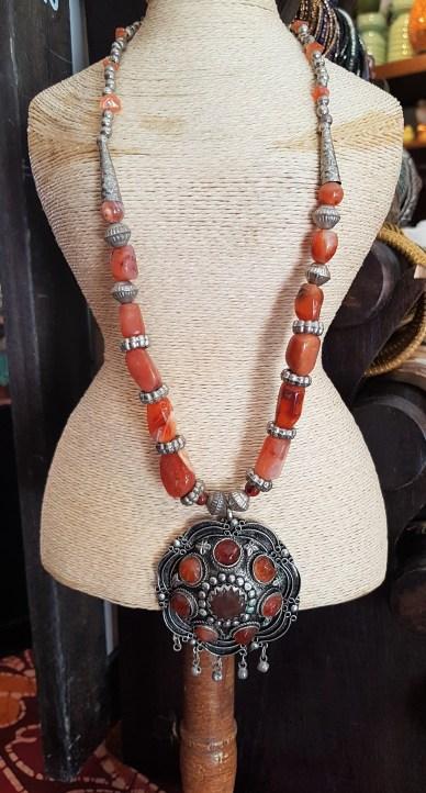 Collier en cornaline, pendentif et fermoir en métal argenté, INDE - Prix de vente : 30€.
