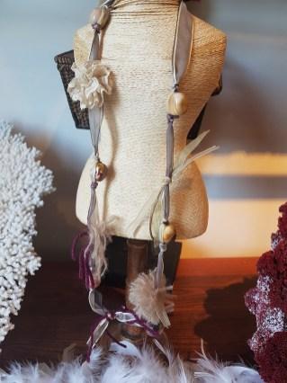 Sautoir en organza et agate, INDE - Prix de vente : 55€.