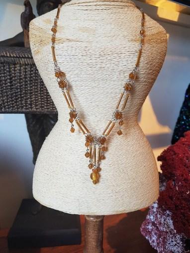 """Collier """"Fleur"""" en perle de résine, INDE - Prix de vente : 15€."""