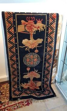 """Tapis """"Pao Tao"""" en laine ; à médaillon central décoré de grands vases sur fond bleu nuit, tissage traditionnel fait à la main avec jute (Fin 19ème siècle), CHINE - Dimension : 126 cm x 65 cm - Prix de vente : 1250€."""