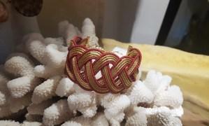 Manchette en Capim Dourado sertie de fils de coton tressés, fermoir en métal doré, Jalapao au BRESIL - Prix de vente : 65€.
