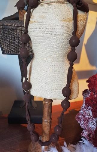 Sautoir en organza et perle de bois enrobée, INDE - Prix de vente : 18€.