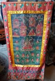 Tangka en toile de lin avec encadrement en soie, NEPAL - Dimension : 58 cm de large x 113 cm de haut - Prix de vente : 120€.