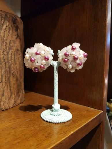 Boucles d'oreilles à clip en perle d'eau douce et quartz, montage en métal argenté, CHINE - Prix de vente : 35€.