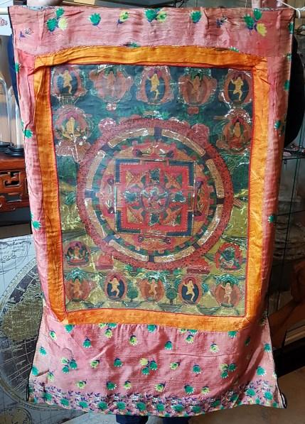 Tangka en toile de lin avec encadrement en soie, NEPAL - Dimension : 58 cm de large x 86 cm de haut - Prix de vente : 120€.