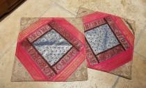 """Housse de coussin """"Patchwork"""" en soie brodés de fils de soie, fermeture simple, INDE - Dimension : 41 cm x 41 cm - Prix de vente : 17€."""