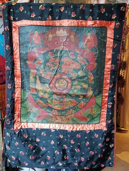 Tangka en toile de lin avec encadrement en soie, NEPAL - Dimension : 62 cm de large x 90 cm de haut - Prix de vente : 190€.