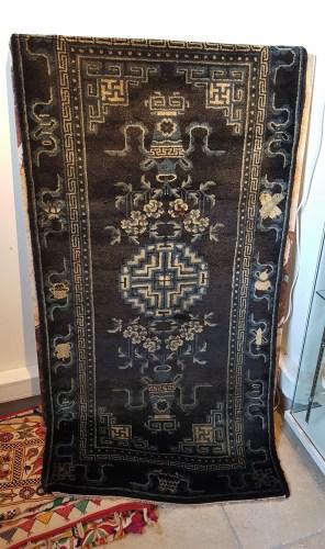 """Tapis """"Pao Tao"""" en laine ; à médaillon central décoré de vases et de fleurs sur fond bleu, tissage traditionnel fait à la main avec jute (Fin 19ème siècle), CHINE - Dimension : 135 cm x 70 cm - Prix de vente : 850€."""