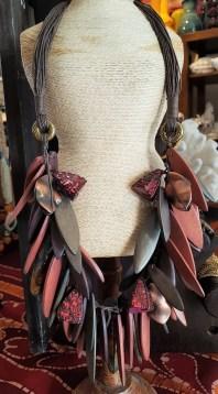 Collier en pastille de bois, lien en cuir, INDONÉSIE - Prix de vente : 45€.