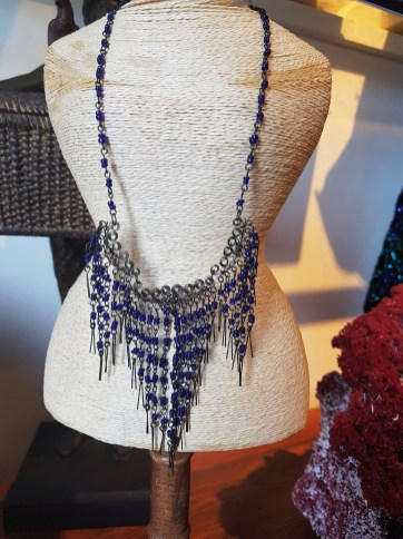 Plastron en maillage serti de perle de résine, INDE - Prix de vente : 20€.