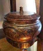 Boîte à condiment en bois laqué, décor peint à la main, CHINE - Prix de vente : 90€.