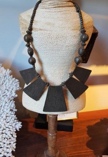 Collier style plastron en métal cuivré, INDE - Prix de vente : 38€.