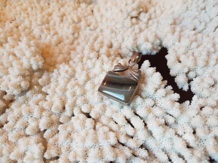 Pendentif en agate du Botswana, montage en métal argenté, INDE - Prix de vente : 35€.