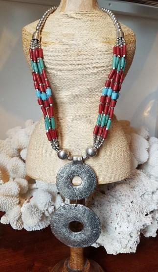 Collier en perle de rocaille, anneau en métal argenté, INDE - Prix de vente : 35€.