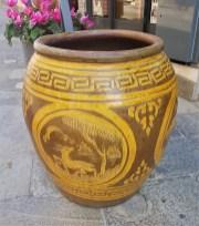 Cache-pot en grès émaillé style Martaban avec décor en relief jaune ; on les utilisait à l'origine pour le transport des huiles et des marchandises (années 1950), MALAISIE - Dimension : 66 cm de haut x 56 cm de diamètre – Prix de vente : 450€.