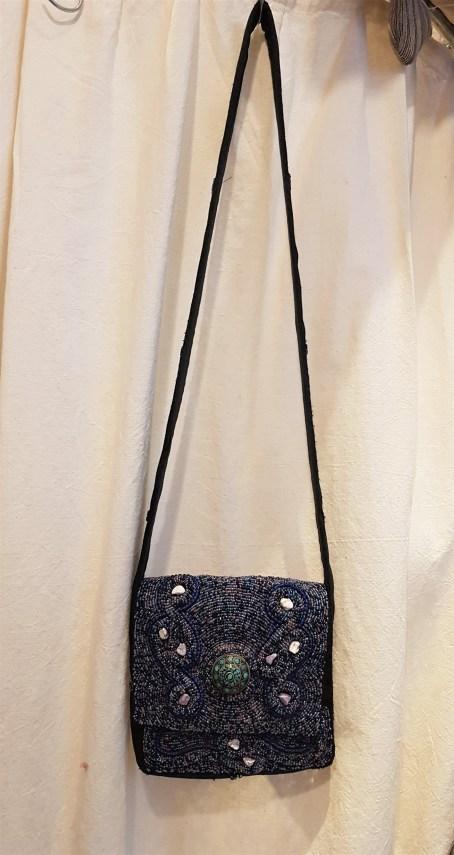 Sac en coton décoré de perles et de pierres et médaillon en turquoise, anse longue et fermeture en velcro, NEPAL - Prix de vente : 75€.