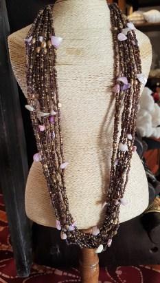 Collier en perle et morceau de coquillages, INDONESIE - Prix de vente : 15€.