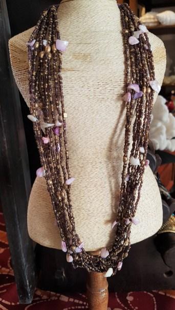 Collier en perle de rocaille et morceaux de coquillage, INDONÉSIE. Prix de vente : 15€.