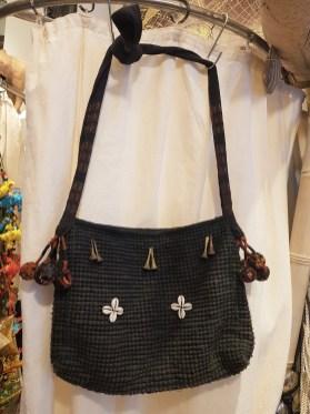 Sac en coton brodé de cauris et de pompons, anse longue et fermeture éclair, NEPAL - Prix de vente : 70€.