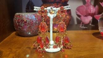 Boucles d'oreilles à trou en perle de résine, INDE - Prix de vente : 35€.