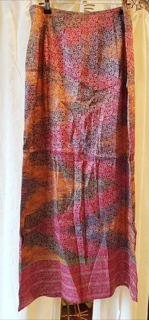Jupe en soie ornée de filaments dorés aux motifs divers, fermeture éclair au dos, INDE - Taille : Medium (Fr 38) - Prix de vente : 90€.