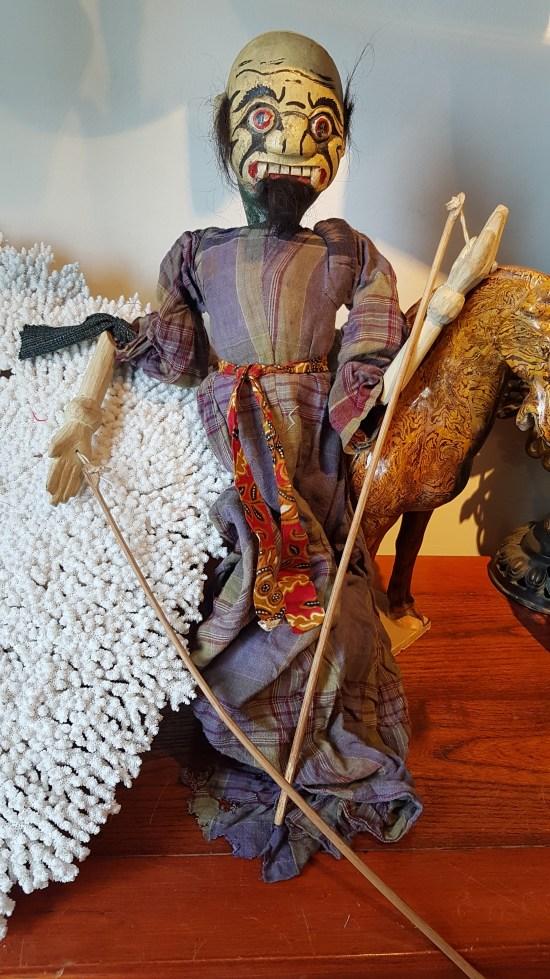 """Marionnette """"Wayang Golek"""" utilisée lors de spectacles traditionnels sur jeu d'ombres (années 1950), JAVA - Prix de vente : 150€ ."""