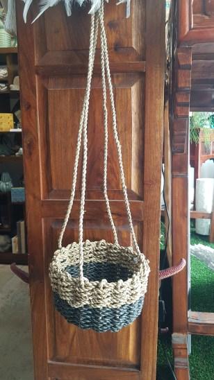 Panier en jonc de mer naturel et teinté tressé à suspendre, INDONÉSIE - Dimension : 18 cm de haut x 12 cm de diamètre - Prix de vente : 45€.