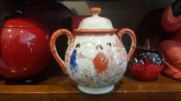 Pot à sucre en porcelaine japonaise, décor peint à la main, JAPON - Prix de vente : 15€.