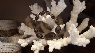 Bracelet élastique en quartz fumé, MADAGASCAR - Prix de vente : 25€.