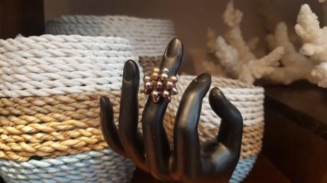 Bague en perle d'eau douce, montage en métal argenté, CHINE - Prix de vente : 10€.