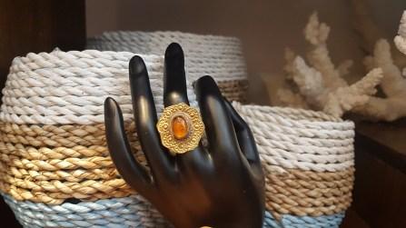Bague en métal doré sertie d'une perle en résine, INDE - Prix de vente : 10€.