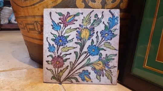 Carreau en céramique iranien au décor traditionnel peint à la main (Années 1950), IRAN - Dimension : 18 cm x 18 cm - Prix de vente : 90€.