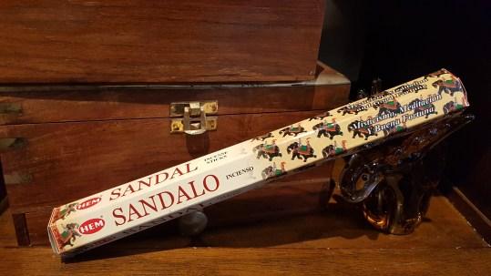 """Encens SANDALO marque """"Hem"""" mélange de bois de santal et de résines de l'arbre « Malabarica », INDE – Quantité : 15 bâtonnets – Prix de vente : 2€."""