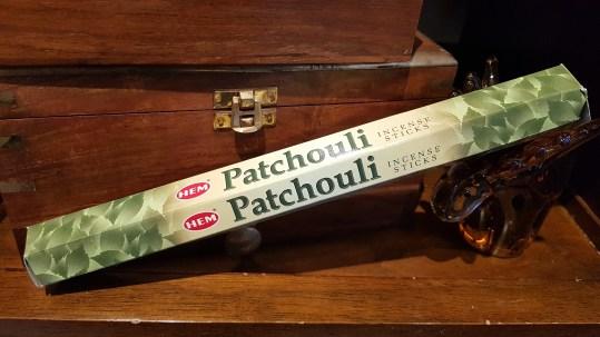 """Encens PATCHOULI marque """"Hem"""" mélange de feuilles de patchouli, d'écorces de bois de santal et de résines de l'arbre « Malabarica », INDE – Quantité : 15 bâtonnets – Prix de vente : 2€."""