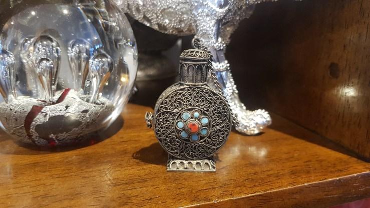 Tabatière en métal argenté ciselé sertie de turquoise et de corail, INDE - Prix de vente : 30€.
