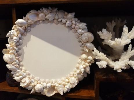 Sous-assiette composée de coquillages nacrés sur base en bois, PHILIPPINES – Prix de vente : 85€.
