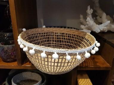 Panier en jonc de mer brodé d'une bande en coton brodé, INDONÉSIE - Prix de vente : 28€.