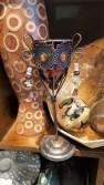 Photophore « Verre » en verre sur pied en métal serti de perles, INDE – Prix de vente : 15€.