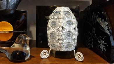 """Photophore """"Oeuf"""" en métal serti de perles, INDE - Prix de vente : 20€."""